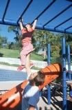 Um pai e uma filha que jogam no gym de selva, Albequerque, nanômetro fotos de stock royalty free