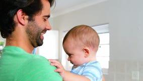 Um pai está guardando seu bebê video estoque