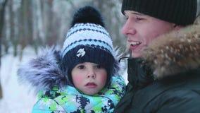 Um pai novo guarda sua criança em seus braços Ternura e abraço do pai amado video estoque