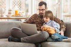 Um pai que ensina uma criança Fotografia de Stock