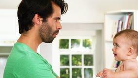 Um pai que olha seu bebê video estoque