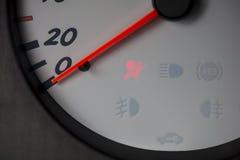 Um painel branco do ` s do carro com uma luz vermelha da bolsa a ar Imagem de Stock Royalty Free