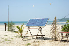Um painel das baterias solares em uma praia Fotos de Stock Royalty Free