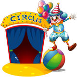 Um palhaço com os balões que equilibram acima de uma bola Fotografia de Stock Royalty Free