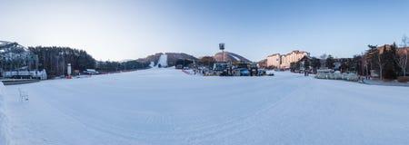 Um panaroma de um recurso de esqui em Coreia fotos de stock royalty free