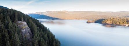 Um panorama a?reo da rocha da pedreira com em-parte superior dos caminhantes na angra profunda, Vanc?ver norte imagens de stock royalty free