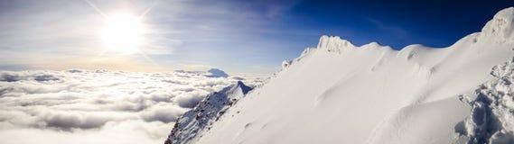Um panorama celestial de uma parte superior boliviana da montanha imagem de stock