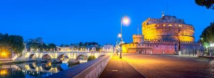 Um panorama da noite de Castel Sant 'Angelo e uma ponte sobre o rio de Tibre fotos de stock royalty free