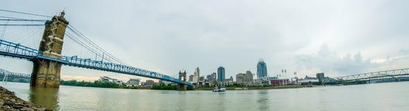 Um panorama de Cincinnati Ohio sob um céu nebuloso foto de stock