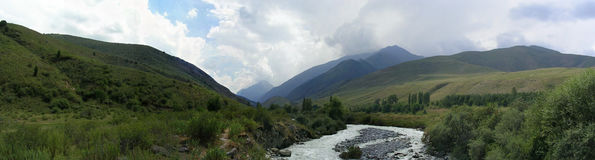 um panorama de 180 graus das montanhas da primavera vi de Quirguizistão Fotografia de Stock