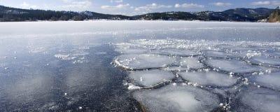 Um panorama de um lago congelado. fotos de stock