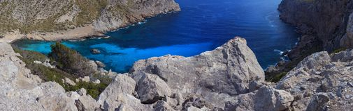 Um panorama de uma lagoa com água azul brilhante clara em um vale montanhoso fotografia de stock royalty free