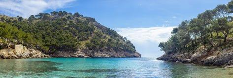 Um panorama de uma lagoa com luz clara - águas azuis entre montes Fotos de Stock Royalty Free