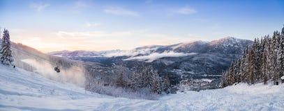 Um panorama do por do sol do Creekside no assobiador, BC foto de stock