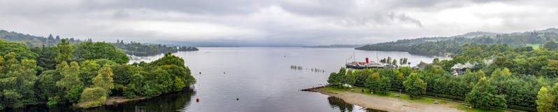 Um panorama largo de costas de Loch Lomond e de empregada doméstica do navio do Paddler do Loch da plataforma de observação do aq fotografia de stock