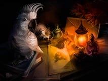Um papagaio senta-se na mesa de um escritor ilustração do vetor