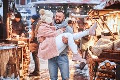 Um par atrativo no amor Um homem considerável que mantém sua amiga nas mãos, tendo o divertimento unida ao estar no fotografia de stock