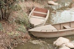 Um par barco de madeira no lago Imagens de Stock Royalty Free