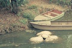 Um par barco de madeira no lago Fotos de Stock