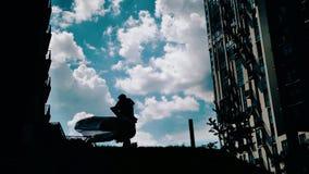 Um par bonito de amantes está dançando no fundo das nuvens C?u bonito Arquitetura bonita Bom modo Amor vídeos de arquivo