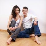 Um par caucasiano loving novo em calças de brim à moda Imagem de Stock