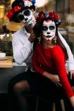 Um par, crânio vestindo para compensar Todo o dia de almas Composição do crânio do açúcar do menino e da menina pintado para o Di fotos de stock royalty free