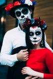 Um par, crânio vestindo para compensar Todo o dia de almas Composição do crânio do açúcar do menino e da menina pintado para a po foto de stock