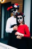 Um par, crânio vestindo para compensar Todo o dia de almas Composição do crânio do açúcar do menino e da menina pintado para a po foto de stock royalty free