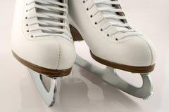 Um par da figura patins branca fotos de stock royalty free