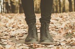 Um par das botas de couro na floresta Fotos de Stock Royalty Free