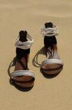 Um par das sandálias das mulheres Fotografia de Stock