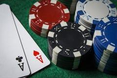 Um par de áss na tabela com microplaquetas de pôquer Fotos de Stock Royalty Free