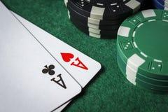 Um par de áss na tabela com microplaquetas de pôquer Imagem de Stock Royalty Free