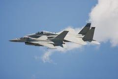 Um par de aviões de combate voa o passado muito perto fotos de stock royalty free