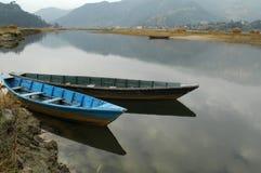 Um par de barcos Foto de Stock