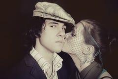 Um par de beijo dos jovens no close up do amor Imagem de Stock