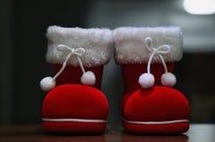 Um par de bota de Santa com fundo escuro fotografia de stock