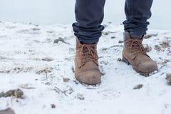 Um par de botas trekking do caminhante no inverno imagens de stock royalty free
