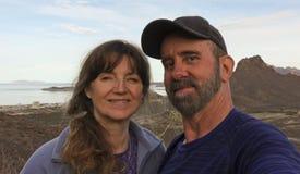 Um par de caminhada toma um Selfie na montanha de Tetakawi acima do Al do Los fotografia de stock royalty free