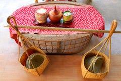 Um par de cestas de bambu crafted com os navios de bambu do arroz pegajoso para dentro junto com caixas do arroz pegajoso e janta imagens de stock