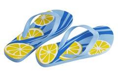 Um par de deslizadores amarelos azuis espertos da praia Imagens de Stock Royalty Free