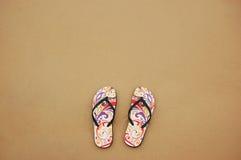 Um par de falhanços na areia da praia, conceito traseiro da aleta do verão Foto de Stock