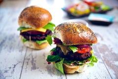 Um par de hamburgueres gourmet Fotografia de Stock