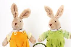 Um par de lebres macias do brinquedo bonito imagens de stock