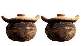 Um par de louça velha dos potenciômetros de argila isolada nos fundos brancos ilustração do vetor