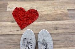 Um par de sapatilhas cinzentas Fotos de Stock Royalty Free