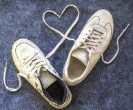 Um par de sapatilhas velhas Imagens de Stock Royalty Free