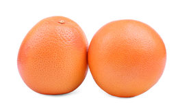 Um par de toranjas em um fundo branco Toranjas suculentas inteiras Citrinos de refrescamento para bebidas frescas do verão imagem de stock royalty free
