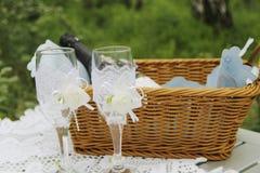 Um par de vidros e de cesta do casamento Imagens de Stock