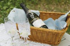 Um par de vidros e de cesta do casamento Fotos de Stock Royalty Free